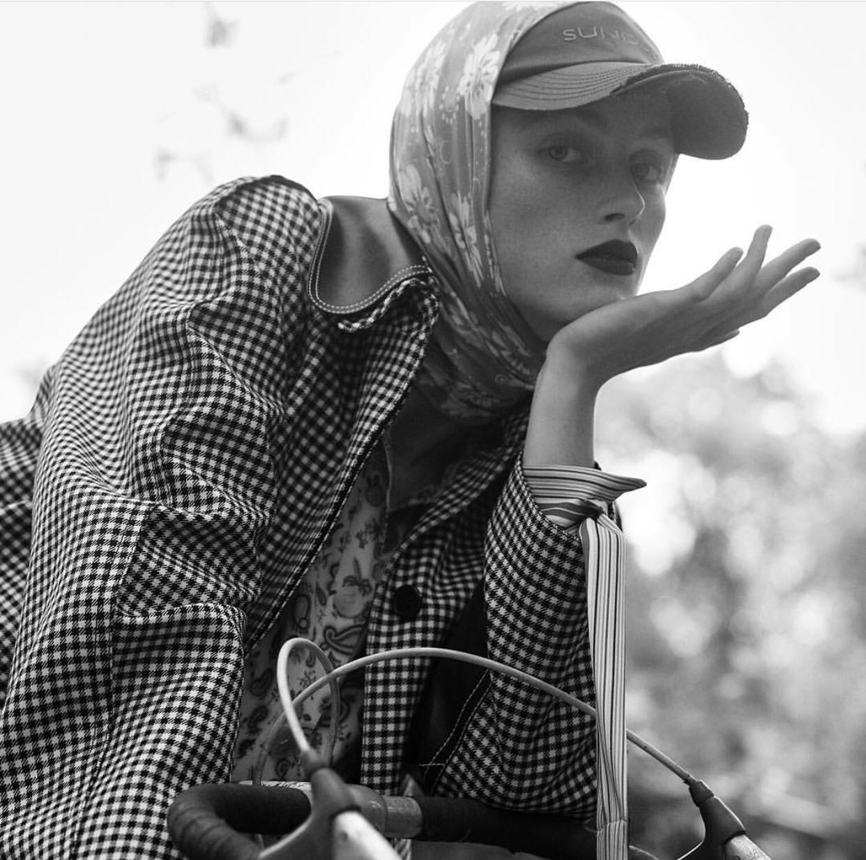 Как носить платок стильно с кепкой