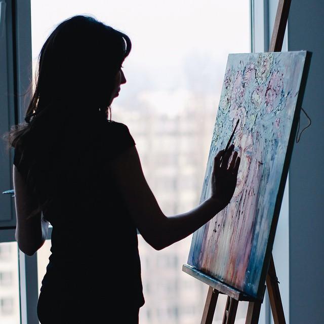 художник, рисует картину