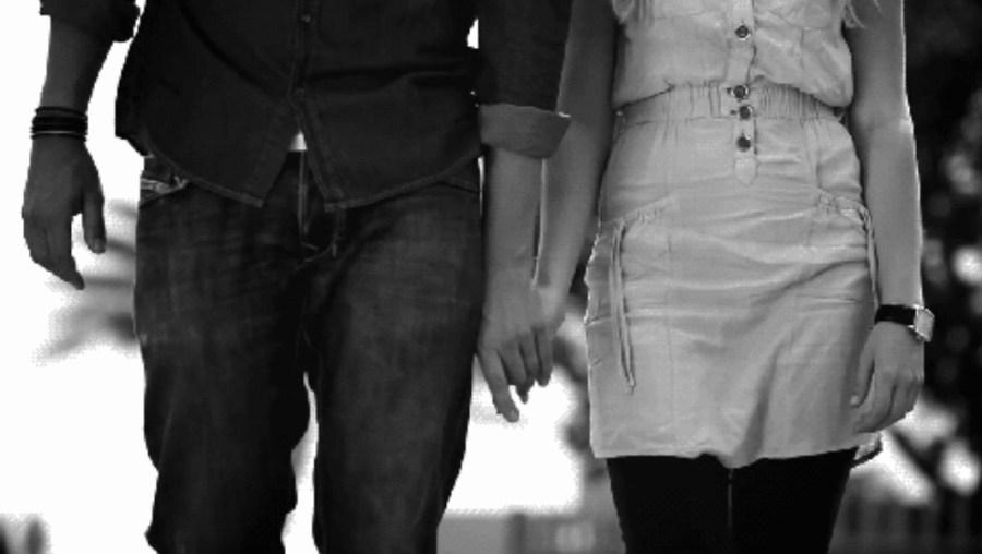 Мужчина и женщина держится за руки