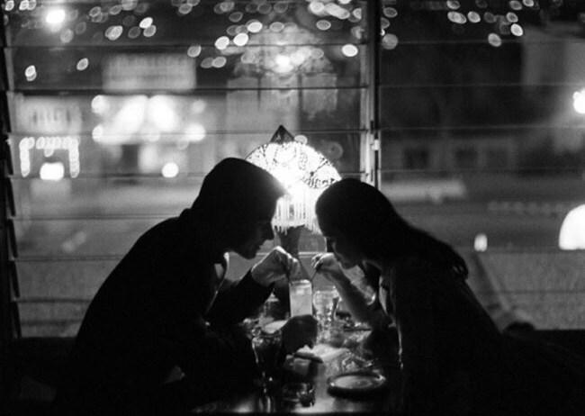 Мужчина и женщина пьют коктейли