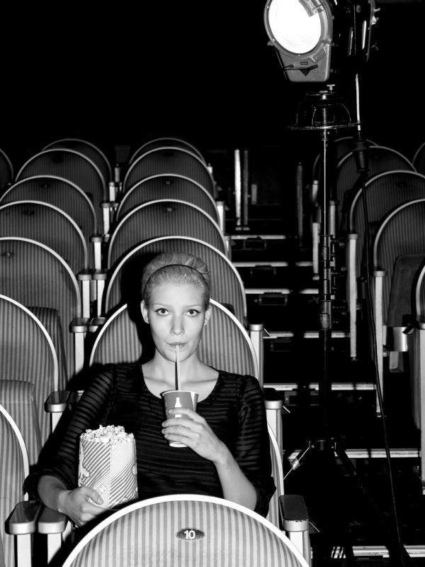 девушка в кинотеатре